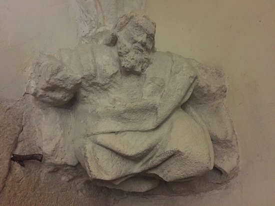 Mon Hotel Particulier: Stone figure in the ceiling