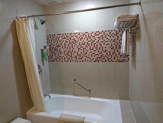 Hotel Taipa Square: バスルーム。手前はトイレ。