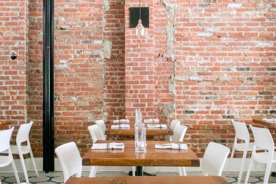 White Maple Cafe: Brick Wall in Dining Room