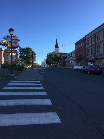 Woodstock, Kanada: L.P. Fisher Public Library, les gens sont agréables, il y a des magasins pas loin, belle vue, tr