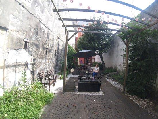 Magnolia Porto Hostel: Hof des Hotels.