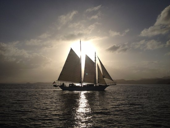 Rockland, Мэн: Backlight by the rising sun while sailing in the southern waters.