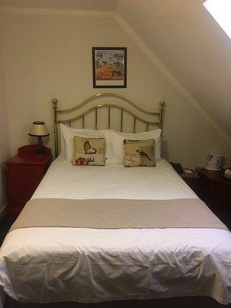 Stellenbosch Hotel: Twee volwassen personen kunnen niet in dit bed slapen, ongeveer 1.40 breed. Ook is het niet moge