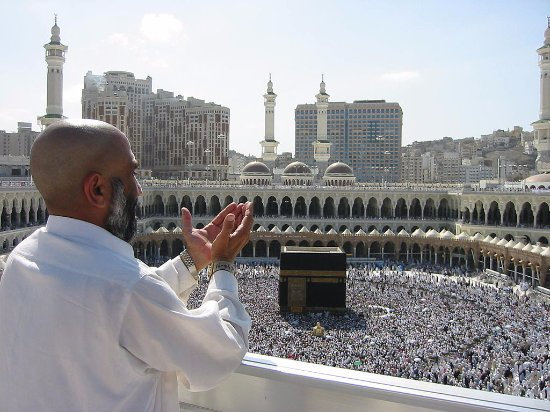 Mecca, Suudi Arabistan: a pilgrim supplicating in front of Kabba.