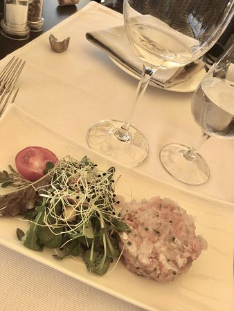 Morges, Schweiz: tartare de bar et de saumon