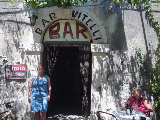 Savoca, Italy: У входа в бар