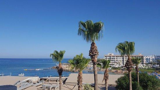 Pernera Beach Hotel: Vue latérale depuis le 2e étage