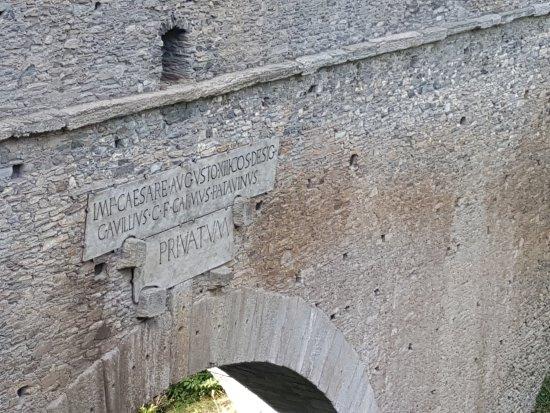 Aymavilles, Italia: Il Ponte Acquedotto Romano di Pont d'Ael