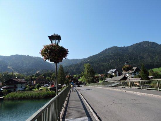 De brug over de Weissensee, verder op verschillende restaurantjes