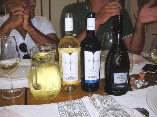 Cantalupo, Italien: La selezione dei vini per il pranzo