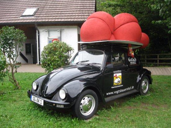 """Gutach im Schwarzwald, Germania: VW with a """"Bollenhut"""" hat"""