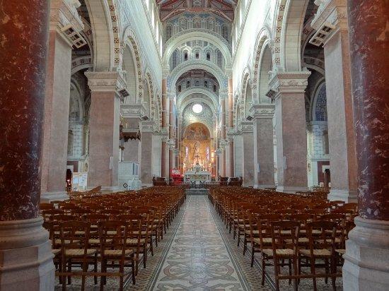 Albert, Frankrig: La luminosité de la nef est remarquable