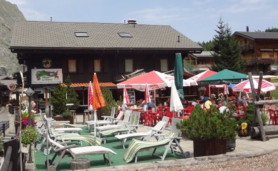 Auberge des Glaciers: Pleasant outdoor patio when it's sunny!
