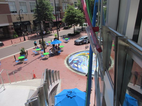 Silver Spring, MD: Plaza and water fountain at the corner near pedestrian street