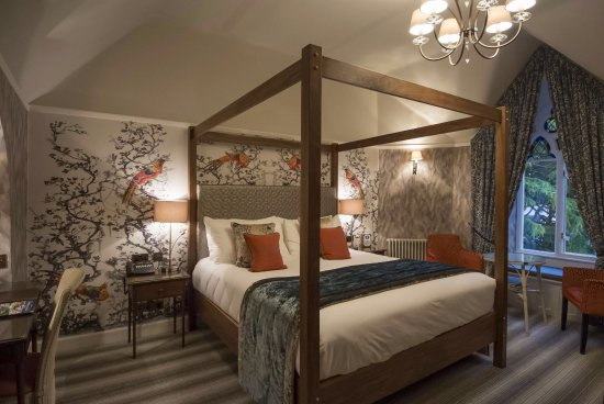 Cedar Manor Hotel and Restaurant : Superking 4 poster bed, locally hand-crafted furniture, garden view.