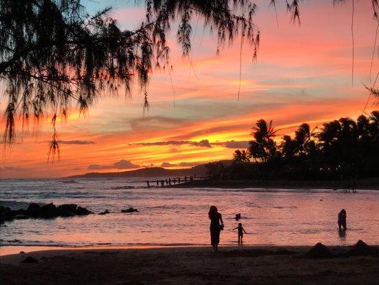 Poipu Beach Park: Poipu Beach at sunset