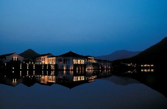 Fuyang, الصين: Fuchun Resort at Night