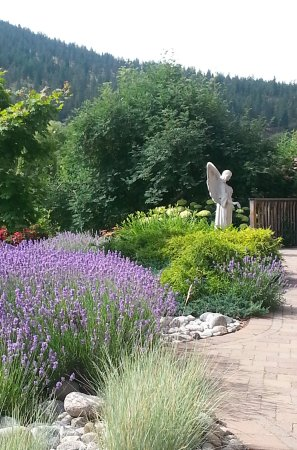 Summerland, Kanada: A tranquil welcome from the springtime blooms!