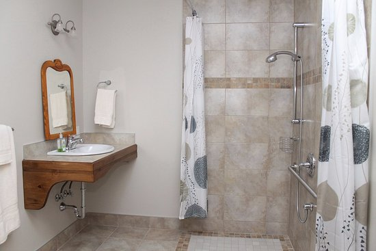 Saint-Adolphe-d'Howard, Canadá: Walk in shower and bathroom of our Montreal 76 bedroom.