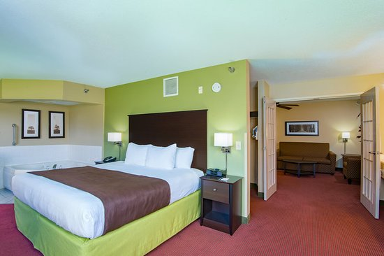 AmericInn Lodge & Suites Okoboji: Room King Fireplace