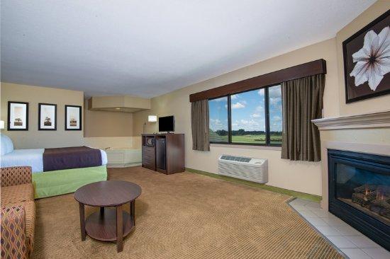 AmericInn Lodge & Suites Okoboji: Room Whirlpool Fireplace