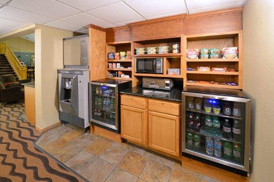 AmericInn Hotel & Suites Hartford: Americ Inn Hartford WILobby Store