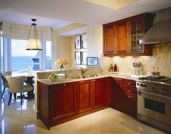 Sunny Isles Beach, Φλόριντα: Deluxe One Bedroom Oceanfront Suite Kitchen