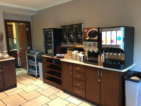 Brossard, Canada: Foto's van het hotel, de ontbijtzaal, de gang en de kamer.