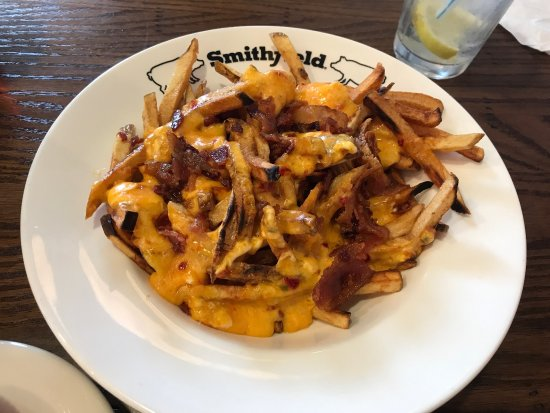 Smithfield, Вирджиния: Fries with pimento cheese and bacon