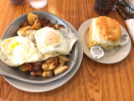 Smithfield, Вирджиния: Bacon hash and a huge biscuit