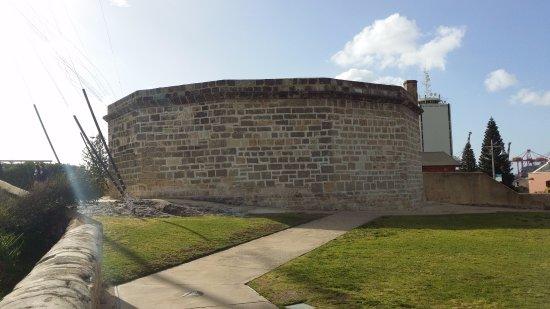 The Fremantle Round House: ラウンドハウスの名前を示す外観