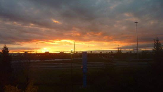 Motel 6 Toronto Brampton: Sunrise over my room window