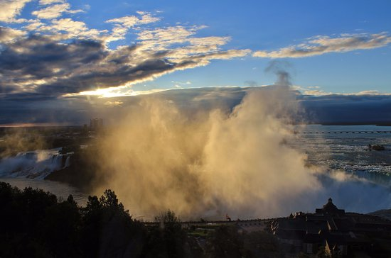 Oakes Hotel Overlooking the Falls: Sunrise in the morning!
