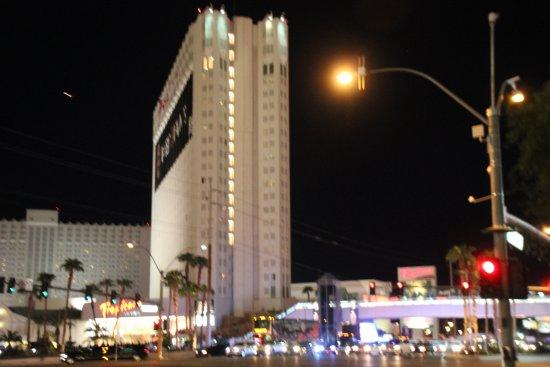 Tropicana Las Vegas - A DoubleTree by Hilton Hotel: Le Tropicana la nuit depuis le Strip