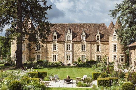 Massignac, France: Chateau main facade
