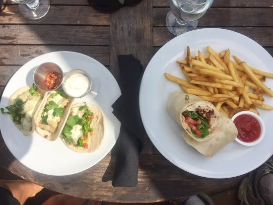 Langford, Canadá: Fish Tacos and Turkey Wrap, Masters Lounge at Bear Mountain