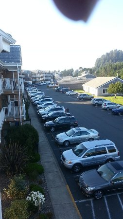 Depoe Bay, Oregón: The view North in the complex from the third floor. No extra charge for my finger tip.