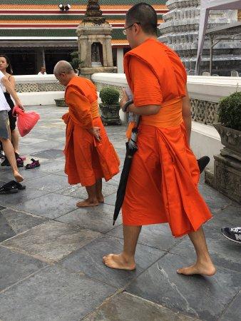 Nakhon Pathom, Thailand: Interessante! si possono vedere nelle aule i buddisti studiare ma purtroppo non si può entrare a
