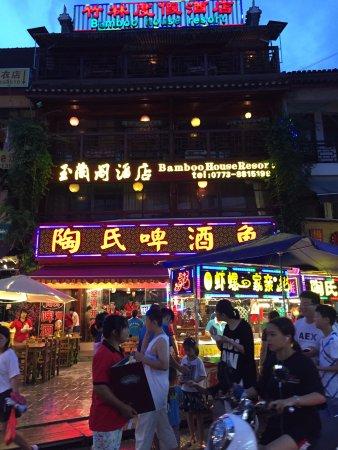 Bamboo House Resort : ホテル全景。1階はレストラン、ホテル前はローカルBBQ