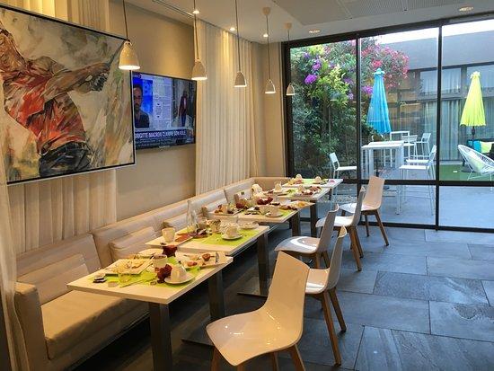Mercure Golf Cap D'Agde : Sala colazione ore 8... i precedenti ospiti si erano alzati dal tavolo 1 ora prima!