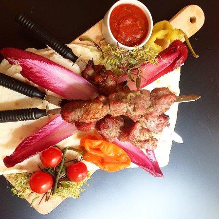 Bardzo smaczna kuchnia armeńska, naleśniki są bardzo smaczne, a ceny są niskie. Najważniejszą rz