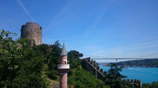 Rumeli Hisarı (Festungsanlage): Fortress, Minaret and Fatih Sultan Mehmet Bridge