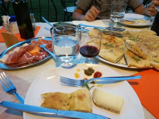 Sorano, İtalya: focaccia con salumi tipici e formaggi con marmellata, carne alla griglia, roastbeef, parate e do