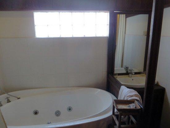 Vangsavath Hotel: tub