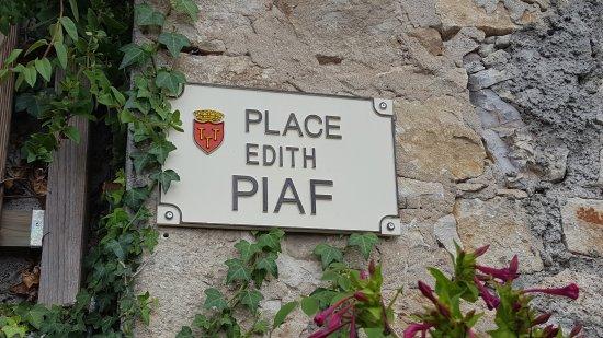 Gluges, França: Vue de l'église sur la place Edith Piaf