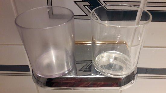 Wals, Østerrike: verres salle de bain en plastique dont un totalement opaque et usagé