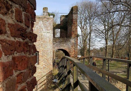 Santpoort-Noord, Niederlande: Voorburcht gezien vanaf hoofdburcht/Outer bailey seen from inner bailey