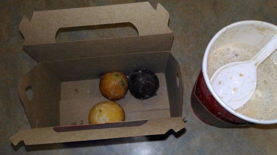 Chippawa, Canada: TimBiz 10個入りくどいボールドーナツです。でも、観光地に有りながらハンバーガーなど比較的良心的な値段設定でいつも客がいっぱいなのは頷けます。カナダといったらTimHortonsって感じ