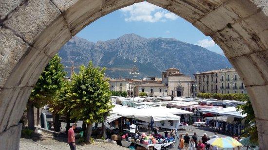 Sulmona - Mercato cittadino del sabato mattina in P.zza Garibaldi ...
