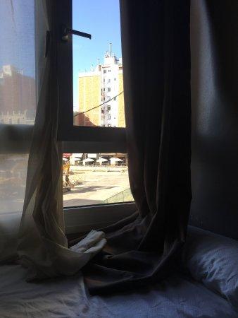 Hotel Urbis Centre: Máxima seguridad para los niños. Ventanas abiertas junto a las camas desde una segunda planta